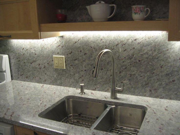 Comptoir et dosseret en granit moon white avec vier sous - Evier sous plan de travail granit ...