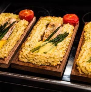 Laxplanka med lax och pommes duchesse är ett klassisk recept på plankstek med lax, potatismos, hollandaisesås och sparris. Gör hemmagjord plankstek och ät till helgen.