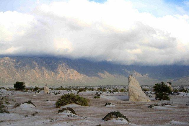 Dunas de yeso y estanques de agua turquesa en el desierto de Cuatrocienagas