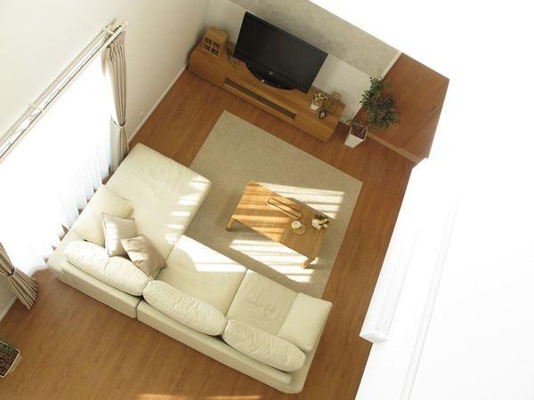 ブラックチェリー柄の床材にオーク無垢材の家具を中心としたナチュラル