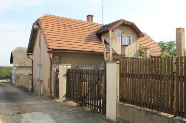 Aukce pohledávky z hypotečního úvěru 2008201501 Lokalita Zlosyň Nejnižší podání 325 000 Kč