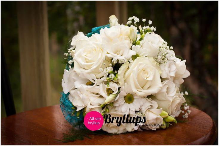 Hvit brudebukett med blant annet hvite roser.