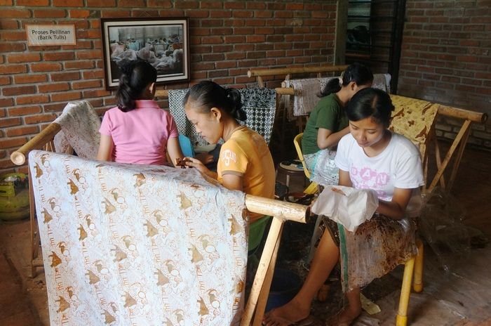 """Canting: Actually guests have the opportunity to use """"canting"""" on the workshop to write one's name on the handkerchief. But without assigned space to do so, visitors mostly opt for one of the girls help and watch them working with """"canting"""" instead. (Photo by Icha Rahmanti)"""