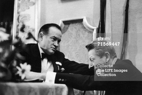 Danny Kaye ontmoet Bob Hope op het feestje ter ere van het 40-jarig bestaan van Time Magazine. Dit was op 6 mei 1963 in het Waldorf-Astoria in New York.