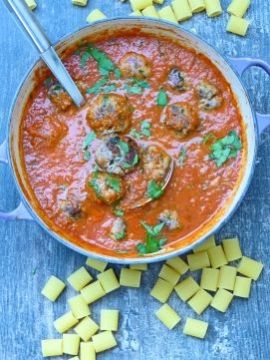 Een spicy tomatensaus voor over de pasta, met geheime gehaktballetjes