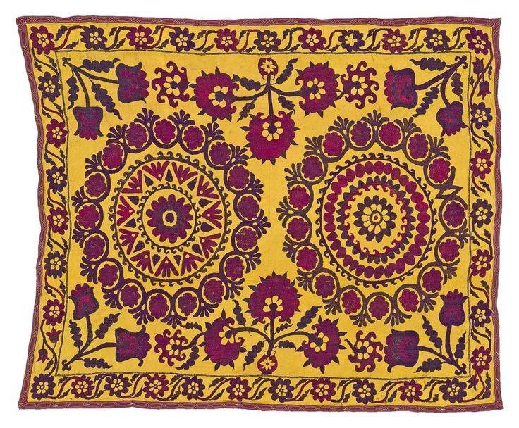 SOUZANI EN SEDA BORDADO, UZBEKISTÁN Tela de seda proveniente de Asia Central. Tejida a mano, se caracteriza por presentar vivos colores. Es utilizada para decorar el interior de las casas a modo de tapiz, alfombra, mantel o colcha. Medidas: 173 x 142 cm.