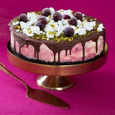 En tjusig och lättfixad glasstårta! Välj en riktigt god vaniljglass och smaksätt med sylt och mandellikör. Ringla över en chokladsås som stelnar till ett hårt täcke. Avsluta med att strössla glasstårtan med frostade röda körsbär, pistagenötter och maränger.