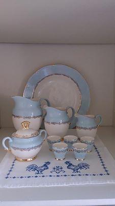 Blå Marie kaffeservise deler: Serveringsfat 32 cm i diameter. Melk/saft mugge 17,5 cm høy /Saus mugge 13,5 cm høy / Fløte mugge 10,5 cm høy / Sukkerskål / Eggeglass