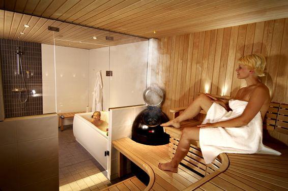 Lapset voivat turvallisesti leikkiä poreammeessa kun ovat kokoajan näkyvissä saunasta.