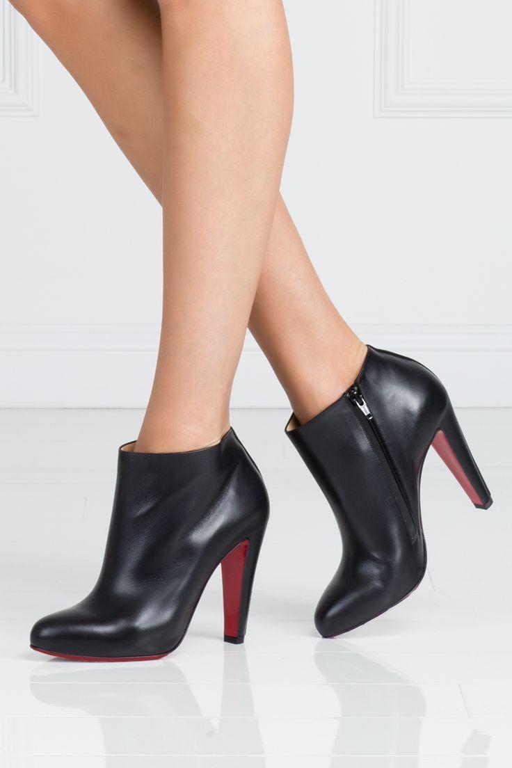Черные кожаные ботильоны Bobsleigh от Christian Louboutin станут незаменимой вещью в вашем гардеробе. Лаконичная модель классической формы на 10-сантиметровом каблуке поможет дополнить любой образ. Будет хорошо смотреться как с платьем-футляром, так и с джинсами.