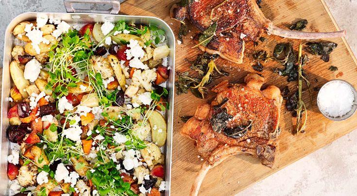 Recept på salviastekt fläskkotlett med ugnsbakade grönsaker och smulad fetaost. Skär bort hinnor och fett på kotlettens ben så ser det ännu mer aptitligt ut.