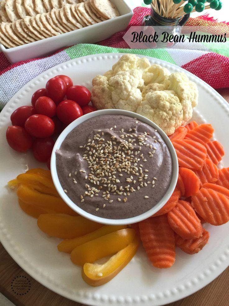Humus de frijol negro hecho con frijoles negros enlatados, tahini, comino, ajo, limón y aceite de oliva