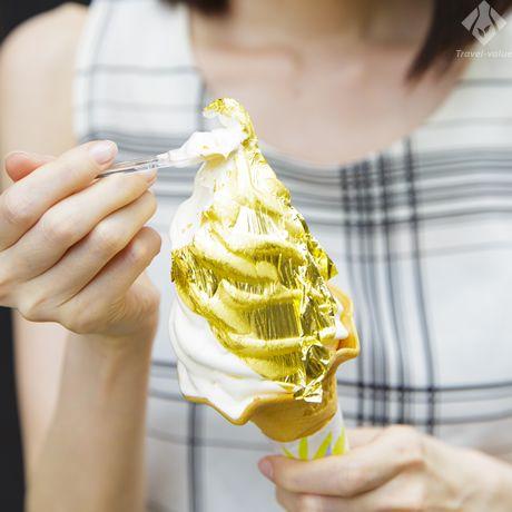 金沢では外国人がどよめく、「箔一」の金箔のかがやきソフト。 #金沢 #ソフトクリーム #スイーツ #箔一 #金箔