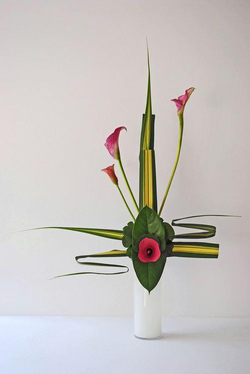 Ikebana moderne par Thai Thomas Mai Van (Artisanat) par Thai Mai Van I'ikebana moderne avec les feuilles de Pandanus, les feuilles des Anthuriums, Galax et les Arums