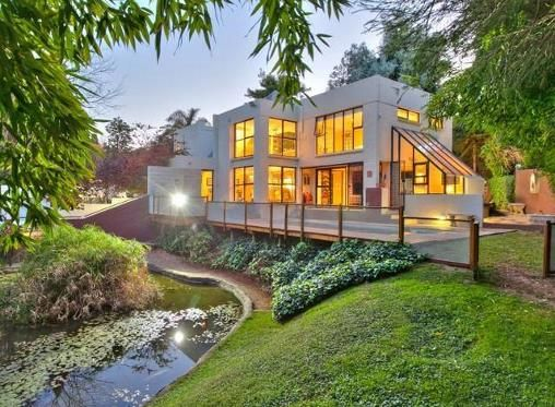 And another cool show house close-by that I like. This one has big koi pond and an industrial kitchen