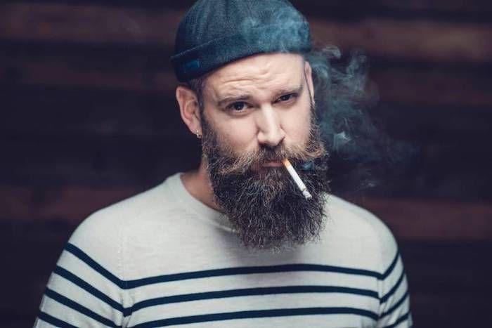 bart style lässig und leger braune bart ideen blauer hut zigarette rauchen hipster lifestyle ideen