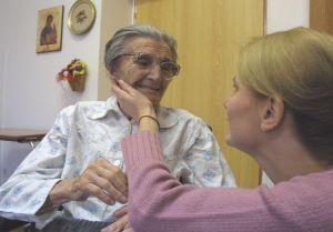 Andrea Radomská s paní Anežkou v hospicu Strom života v Novém Jičíně-Foto:archiv Andreji Radomské