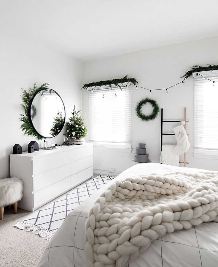 Christmas in the Bedroom 2017 Decor for Xmas should definitely make its way into the bedroom! What better way to wake up every day!