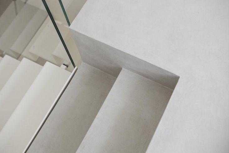 Un effetto di leggerezza e solidità allo stesso tempo: è il gioco creato abbinando vetro e #Microtopping. #design #scala #concrete