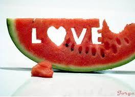 Een watermeloen met love er in geschreven ( heb ik het zelf gemaakt ) leuk om als achtergrond of profiel foto gebruikt te worden !
