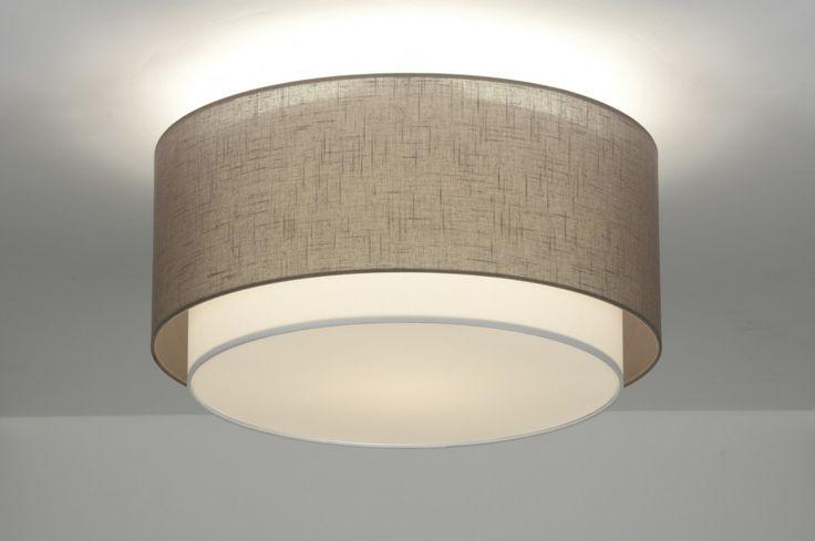 Artikel 87189  Deze mooie plafondlamp bestaat uit twee kappen die in elkaar vallen.  De buitenste kap is van taupe kleurige stof  ( grijs/bruin tint ) en heeft een linnen structuur. Doordat deze stof iets grover is laat deze kap meer licht door.  De binnenste, witte kap is fijner van structuur en heeft een mooie gladde stof. Geschikt voor: 1x max. 60 watt E27 gloeilamp of energie-zuinig (excl.).