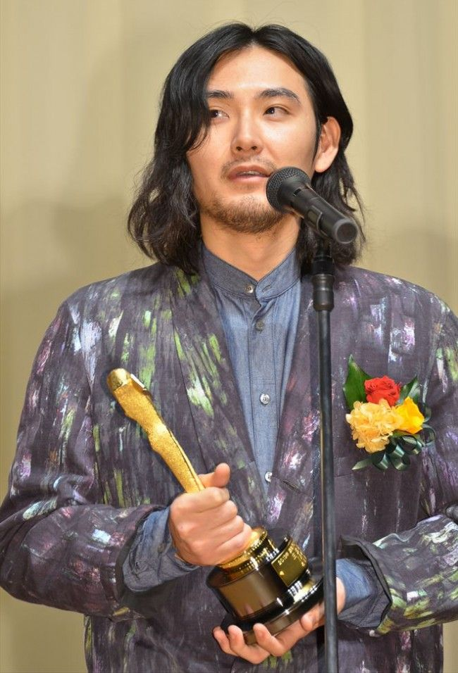 ロングヘアの松田龍平。