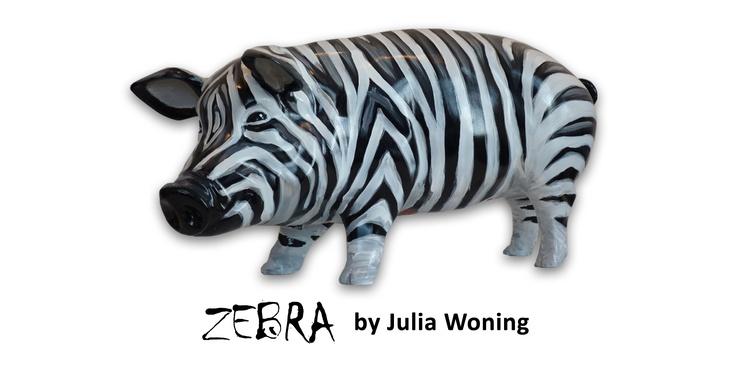 Artpig Zebra.  Julia is van alle markten thuis, momenteel werkt ze veel met vrolijke vrouwenfiguren in dagelijkse dingen. Telkens is ze op zoek naar iets nieuws!. Op zoek naar vrolijkheid, sfeer, verhoudingen, vormen, structuren en naar combinaties van kleuren. Op dit varken komt dat allemaal terug! een andere kijk op een varken krijg je zeker als je naar deze wonderbaarlijke zebra variant kijkt! een safari varken word hij ook wel door onze klanten genoemt.