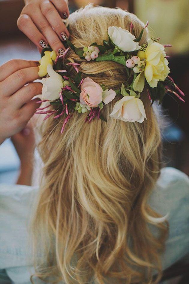 A flower-filled boho hairstyle. Peinados para Novias Boho: Una corona de flores entrelazada en tu cabello para que luzcas mas boho que nunca.
