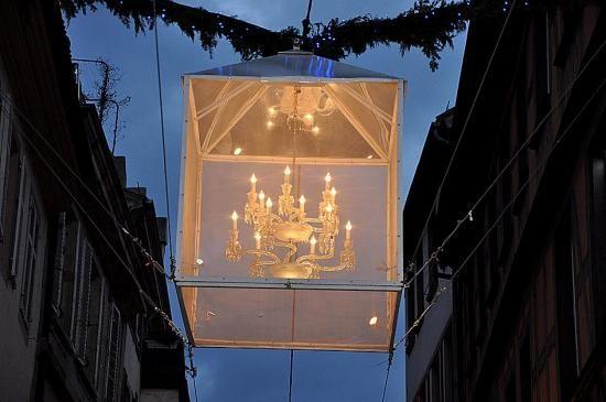 Lustre Baccarat de la rue des Hallebardes à Strasbourg - Depuis plusieurs années, la prestigieuse cristallerie Baccarat illumine la rue des Hallebardes à Strasbourg pendant le mois de décembre, le mois du marché de Noël. Suspendus entre les façades, les magnifiques lustres de cristal transforment cette rue en un intérieur luxueux, obligeant les passants à marcher le nez en l'air !