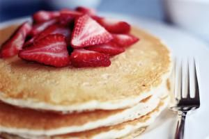 PANCAKES WITH STRAWBERRIES - Angela Wyant/The Image Bank/Getty Images