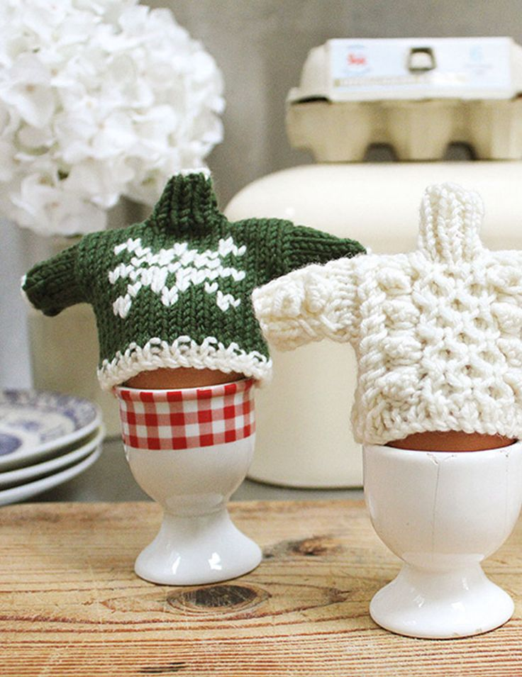 Egg Cosy Pattern #FreePattern green snow flake, and cream cable.