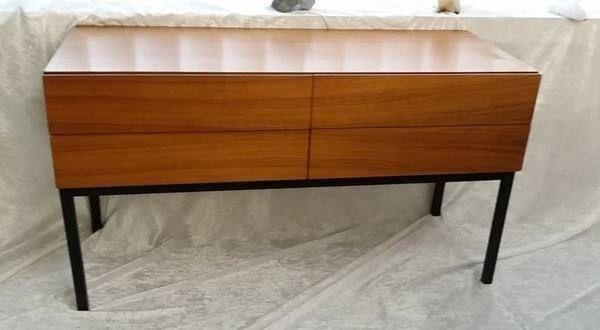 Sideboard / Kommode von Viktoria Möbel -  Hergestellt ca. 1964, aus Hartholz mit Nussbaum furniert.  Breite 90 cm / Tiefe 37 / Höhe gesamt 50 cm