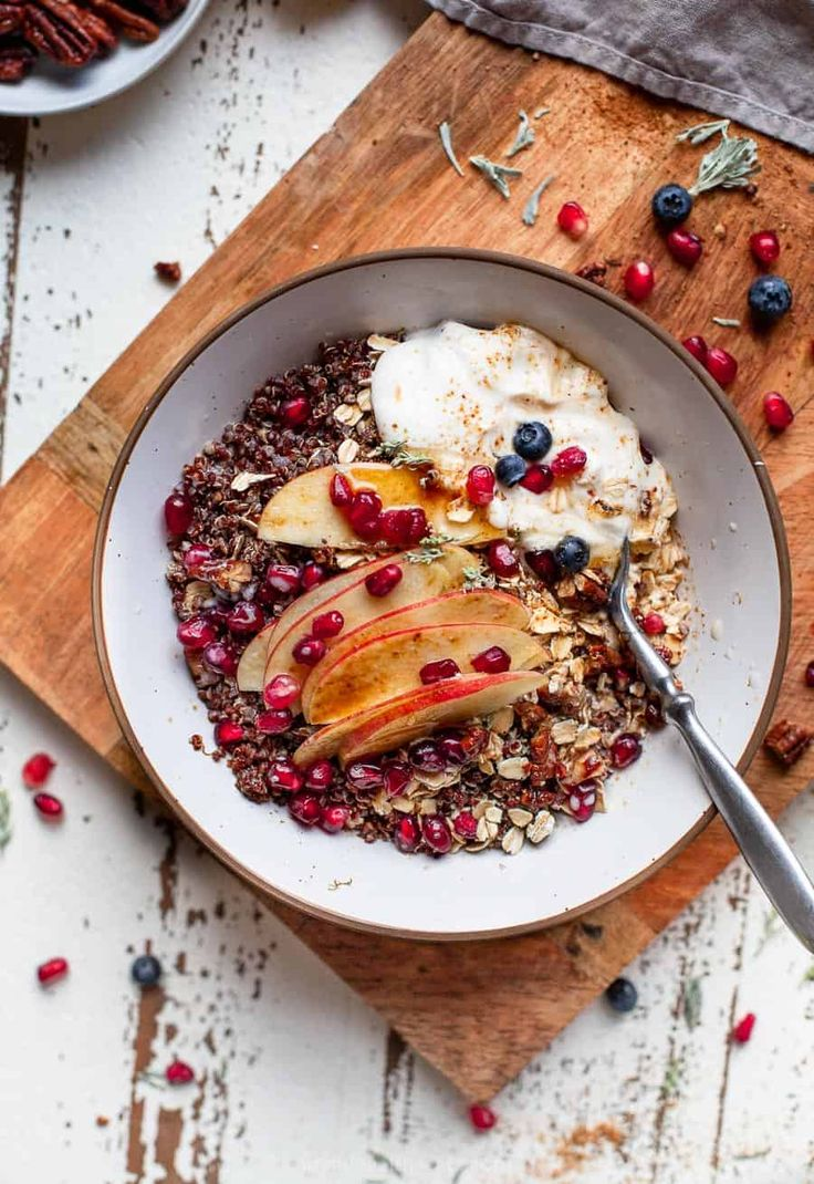 An easy fall inspired gluten free dairy free breakfast bowl! This power house Apple Cinnamon Breakfast Grain Bowl is filled with nutrients and flavor. Will warm your tummy right up! #vegan #healthy #almondmilk #quinoa Quinoa Gluten Free, Gluten Free Oatmeal, Quinoa Grain, Quick Dinner Recipes, Easy Healthy Dinners, Healthy Recipes, Skinny Recipes, Meal Recipes, Breakfast Bowls
