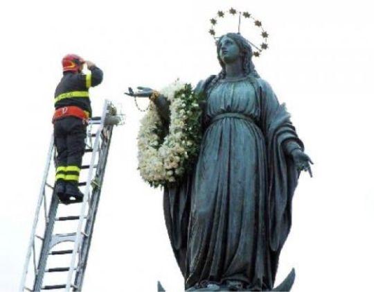 """""""Io sono l'Immacolata Concezione""""   Roma. Come tradizione, anche la mattina di oggi 8 dicembre, il pompiere, dopo aver omaggiato la statua dell'Immacolata in piazza di Spagna con una corona di rose bianche e gigli, si rivolge al volto della Madonna e porge, devoto, il saluto militare alla Vergine."""