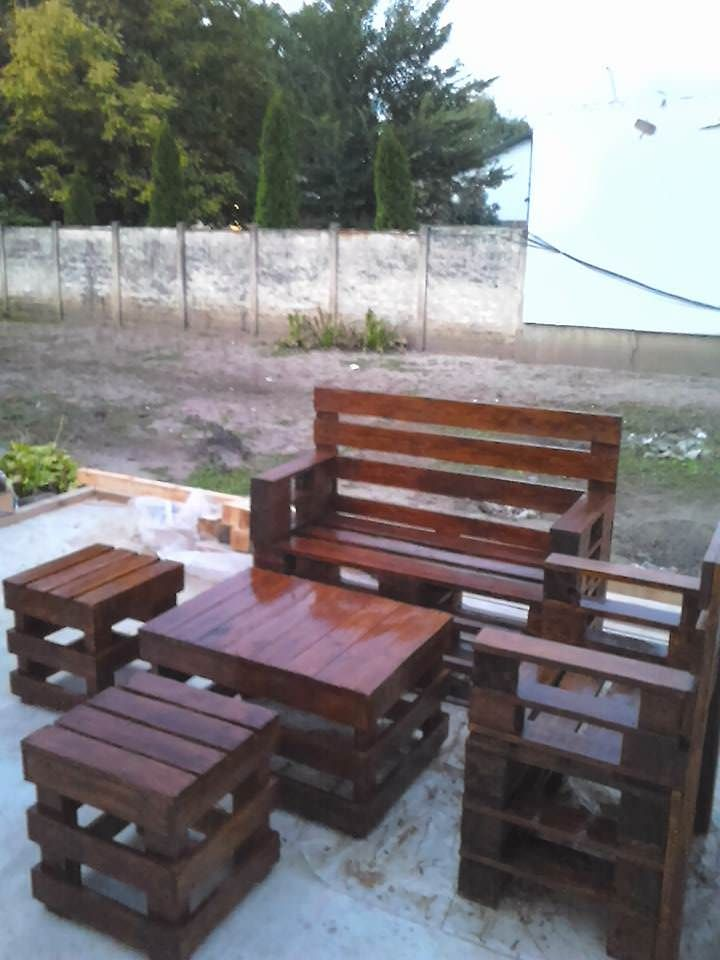 Make your patio or garden the best seating in the house with this Sittin' Pretty Pallet Garden Set! It's a straightforward design, but the elegance is in the simplicity. This set was made from Euro pallets.To make a set of these for yourself, you'll need several pallets, lots... #Garden, #Outdoor, #PalletChair, #PalletCoffeeTable, #PalletLounge, #PalletLoungeSet, #RecyclingWoodPallets