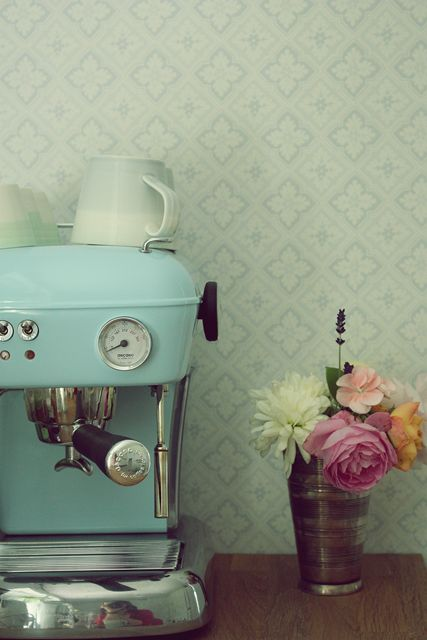 Beautiful vintage espresso machine viahttp://ralfefarfarsparadis.blogspot.com/