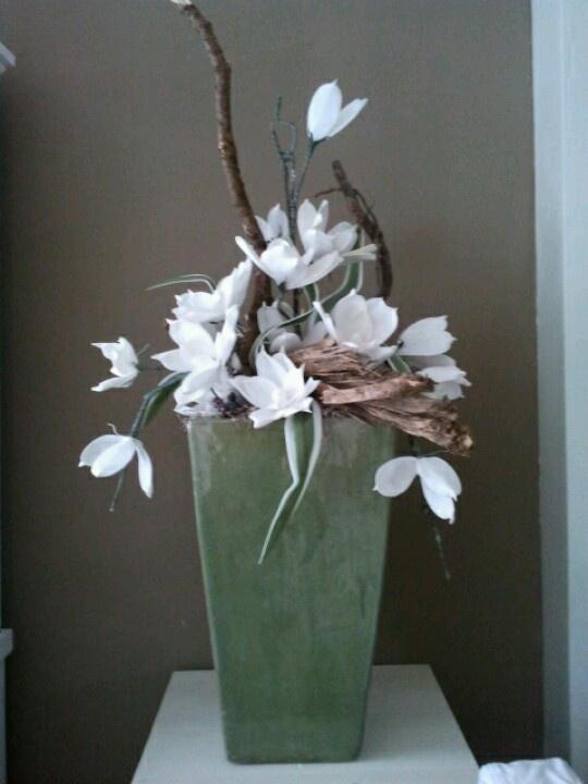 Conische vierkante vaas met foambloemen ong 125 hoog. Prijs 495 euro