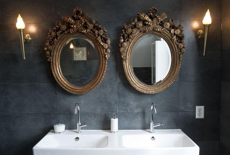 Dubbele wastafel met spiegels.