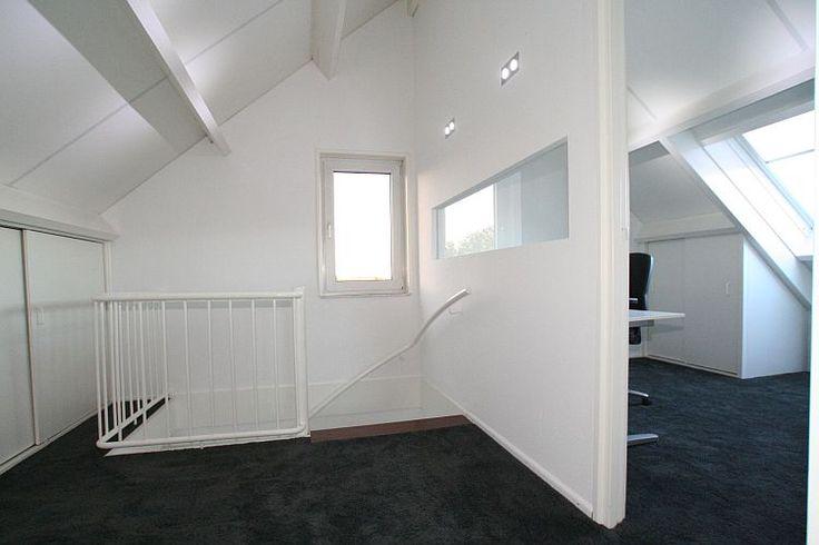 raam in zijmuur naar washok toe als je muur doortrekt naar achter, dan heb je genoeg licht in washok.