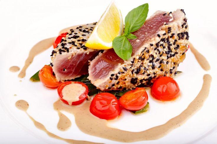 Wer gerne Sushi isst, wird dieses Rezept lieben! Das Thunfischsteak in Sesamkruste ist ein japanisch inspiriertes Gericht, das exotische Abwechslung auf den Speiseplan bringt.