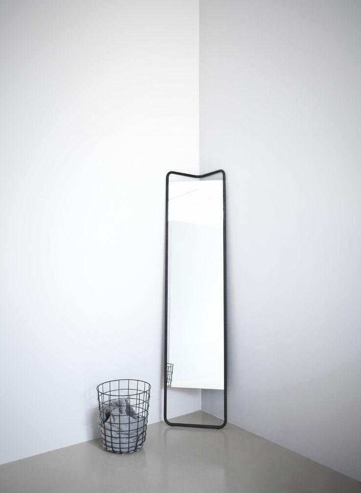 Strakke, minimalistische spiegel die door de vormgeving ruimtebesparend is. Mooi én praktisch! #scandinavian #mirror