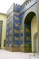 Reconstrucción de la Puerta de Ishtar (Babilonia, 575 a. C.) en el Museo de Pérgamo (Berlín).