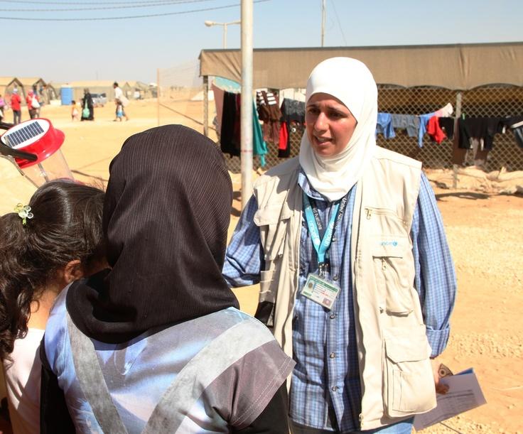 #Siria un'operatrice UNICEF parla con delle bambine appena arrivate al campo profughi Za'atari, in Giordania. Qui sono rifugiate 24.000 persone e altre 70.000 sono attese per i prossimi mesi. www.unicef.it/siria