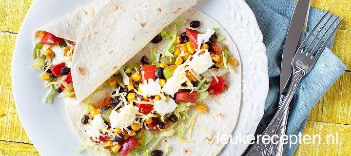 Kleurrijke Mexicaanse wraps gevuld met o.a. mais, bonen en yoghurt