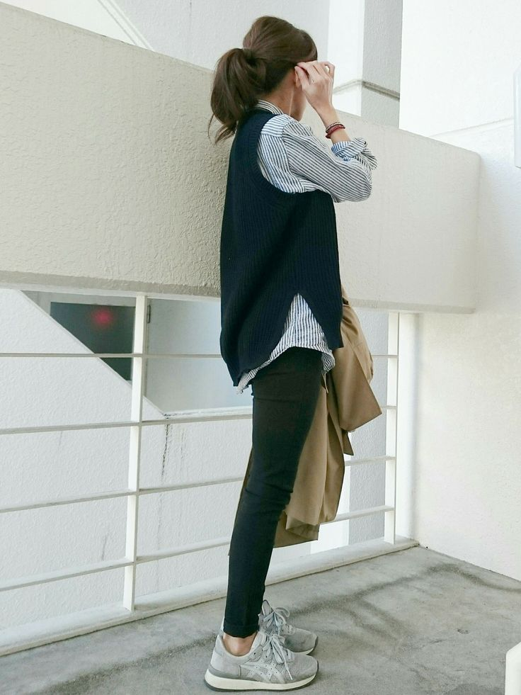Striped collar shirt + dark knot vest+ skinny jeans + running shoe
