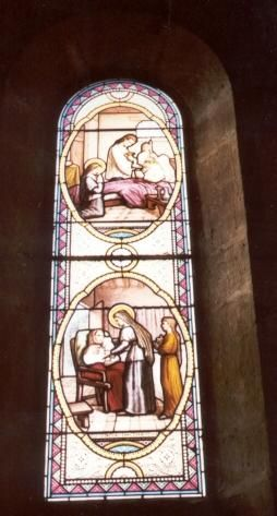 Jeanne Franqoise Frément de Chantal - ca 1900 (?). Glasschilderkunst Frankrijk, Bourgondië, Monthelon (bij Chantal), kerk Beneden: Zij verzorgt een vrouw die aan kanker lijdt Boven: Zij brengt haar de ziekencommunie.