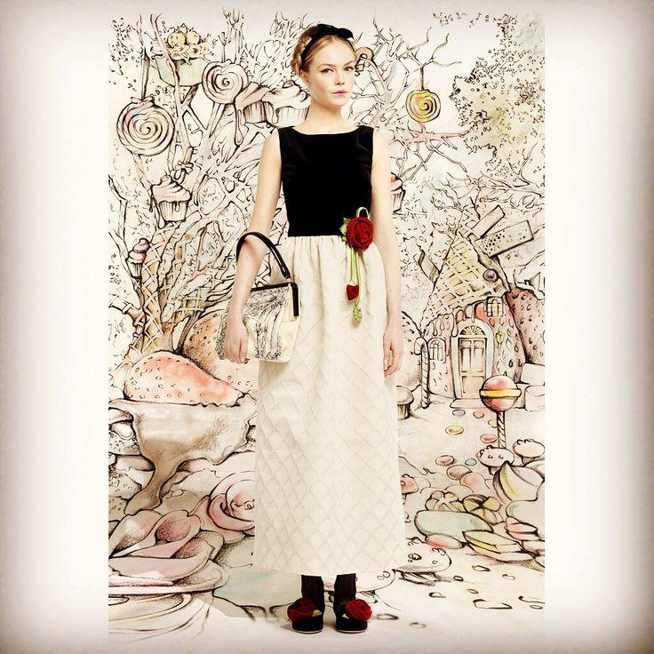 RED VALENTINO レンタルドレス Size IT40 レンタル価格 19,500- (安心保険込)憧れのレッド ヴァレンティノのドレスで✨✨コーディネート✨✨ベルベット ローズ シリーズよりこちらは、国内に入荷の無かったとてもレアなロングスカートタイプのドレスになります♪ローラ さんが膝丈タイプの方のドレスを着て雑誌に掲載されておりましたオードリーヘップバーン が着ている風のクラシカルなデザインの素敵なドレスです結婚式のお呼ばれに二次会にパーティーに素材がとても上質なので✨個性的なドレスをお探しの花嫁様にもおすすめのドレスですお揃いのシリーズで膝丈ヴァージョンのタイプもございます✨国内では他に取り扱いの無いドレスなので♪ ヴァレンティノがお好きな方、憧れの方に是非おすすめしたいです✨✨お気軽にお問い合わせ下さい☆