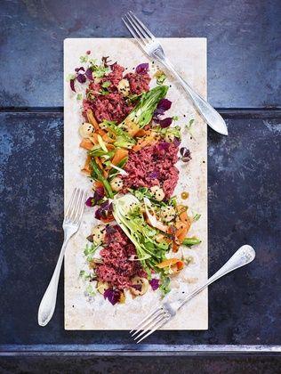 Till den här råbiffen har vi använt kött från platta fransyskan från nöt. Det går också bra att göra råbiff på inannlår av nöt, eller av oxfilé.