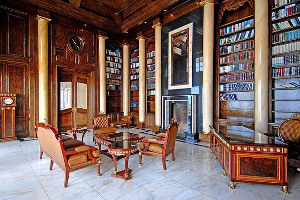 寝室8部屋、フルバスルーム8室、ハーフバスルーム2室。写真は木材仕上げの図書室で、天井の高さは約24フィート