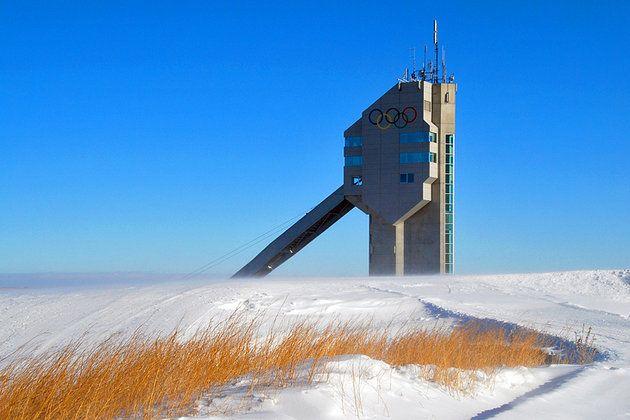 CANADA Parque Olimpico    En las estribaciones de las montañas al oeste de la ciudad, se levantan las torres de aspecto extraño de Calgary Olympic Park. En 1988, este fue el sitio principal para los Juegos Olímpicos de Invierno XV.